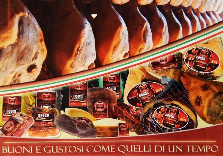Curiamo ogni dettaglio: dalla scelta delle migliori Carni, alla Stagionatura fino al Confezionamento.