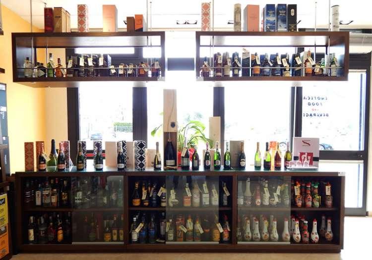 Amari, digestivi, aperitivi, liquori ed estratti di frutta per preparare degli ottimi cocktails.