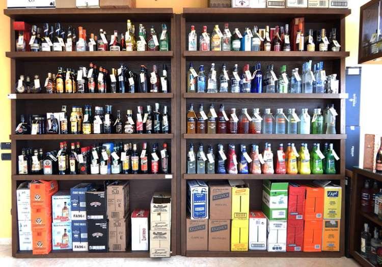 Vasta scelta di Distillati e Liquori Aromatici.